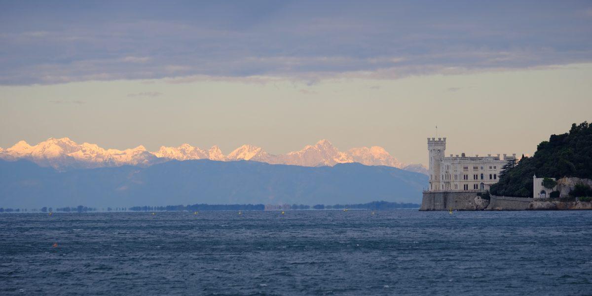 castello-di-miramare-con-montagne-innevate_AMP_Miramare